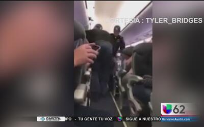 Sacan a la fuerza a un pasajero de United Airlenes de un vuelo sobrevendido