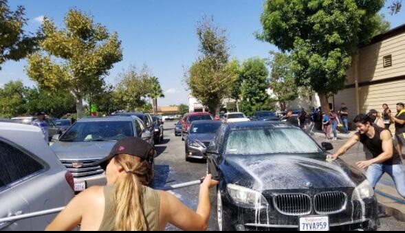 Los niños muy cooperativos a la hora de lavar autos