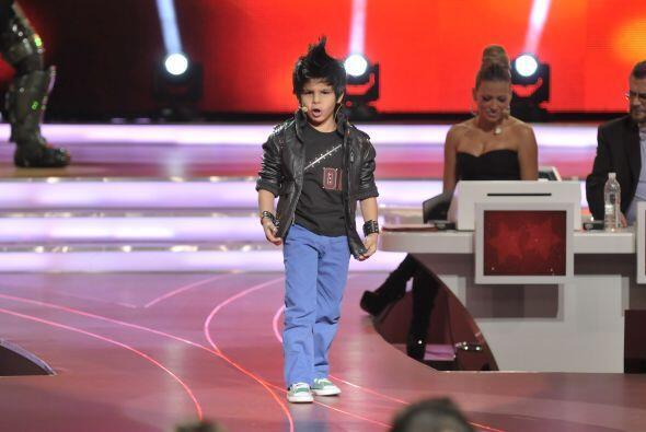 Miguel llegó con un look bastante rockero a interpretar su canción.