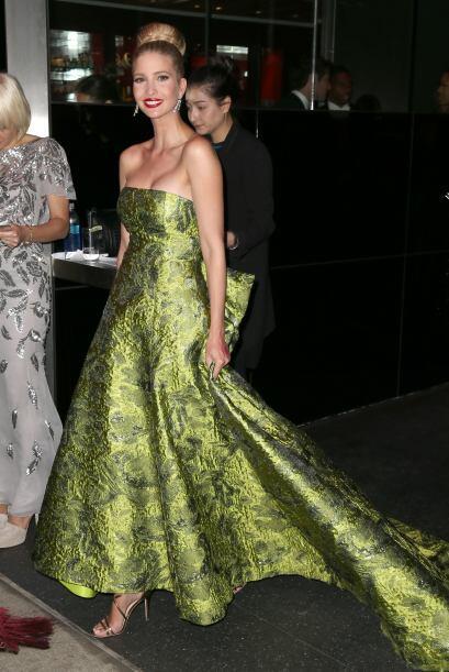 Otras famosas optaron por mantener el vestido de noche aunque fuera un p...