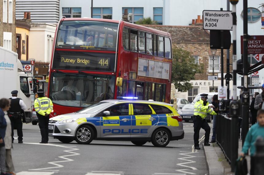 Acordonamiento policial alrededor de la estación del metro de Londres, P...