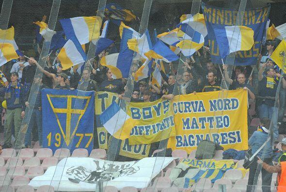 La afición del Parma todo el tiempo alentando en este sufrido desafío.