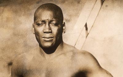 El boxeador Jack Johnson (1878 - 1946) en un retrato cercano al a&ntilde...