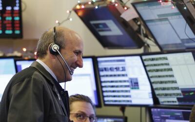 Corredores trabajan en la Bolsa de Valores de Nueva York. Las acciones c...