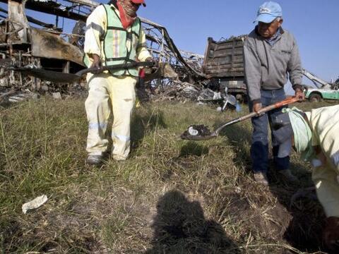Al menos 18 personas murieron calcinadas el lunes al volcar el autob&uac...