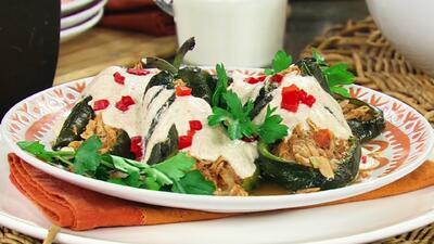Receta de Chiles rellenos de atún con salsa de nogada