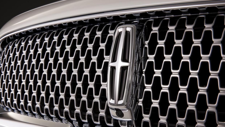 Detalle de la parilla del Lincoln Continental 2017