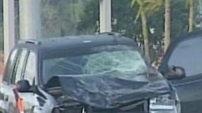 Una camioneta color negro, modelo Chevy Trailblazer, impactó de lado al...
