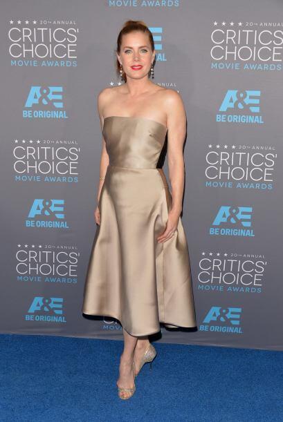 Parece que en esta ocasión, Amy Adams agarró la primera tela satinada qu...
