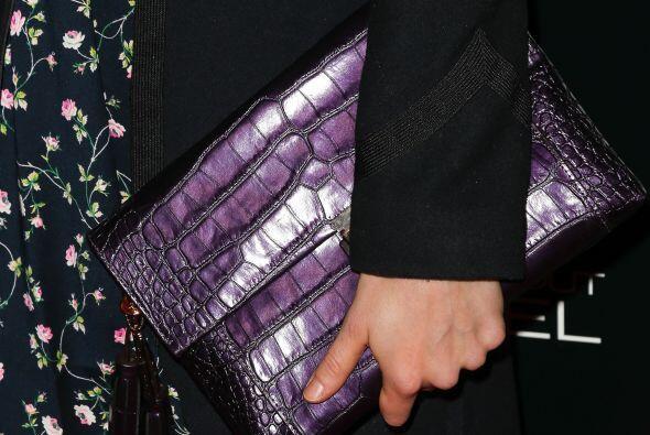 ¡Una cartera imitación piel en color lila será adecuada para poder usar...