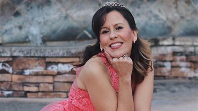 Madre hispana que no pudo celebrar su fiesta de 15 realiza su sueño 30 años después