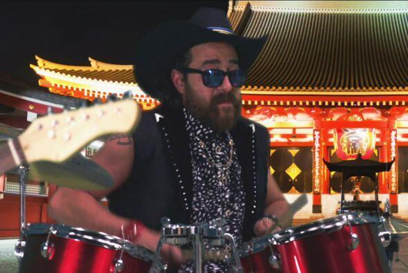 Sea donde sea, Botarga siempre tiene la actitud para tocar la batería.