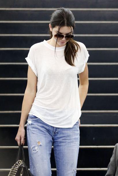 Una playera blanca y 'jeans' son ideales para un día normal.