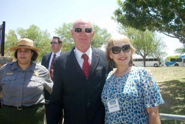 Aquí, Teresa Fendi con el Alcalde de El Paso, Texas, John Cook.