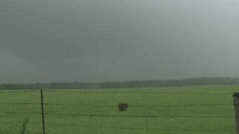 Residentes de Canton intentan regresar a la normalidad tras los tornados...