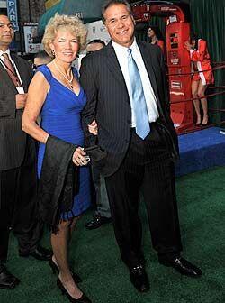 La ex estrella de la NFL, Jim Plunkett, llegó a los Premios Deportes aco...