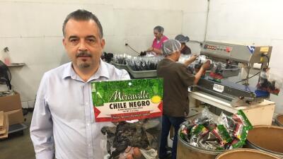El empresario Omar Martínez en su empacadora de chiles secos en Los Ánge...