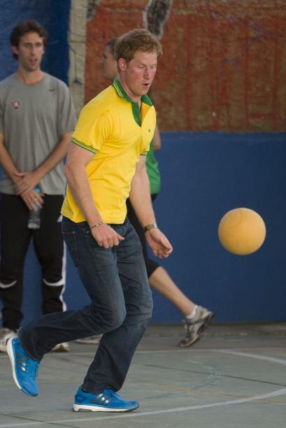 El guapo miembro de la realeza mostró sus aptitudes con el balón.Todo so...