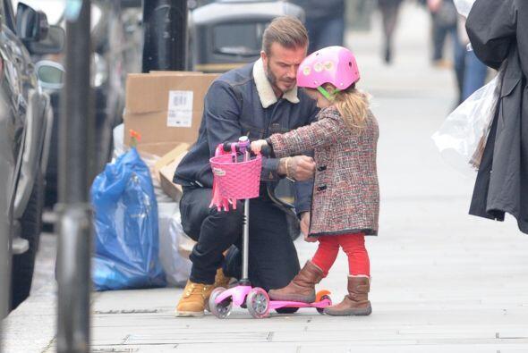 Y como andaría en scooter, le puso un coqueto casco rosa.
