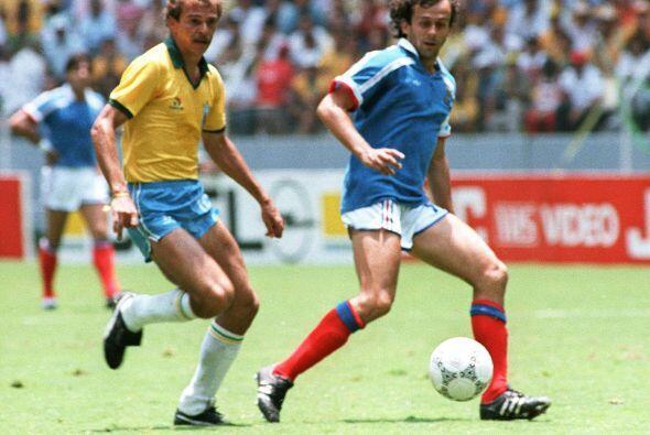 Michel Platini no pudo ante el portero de Brasil en la semifinal del Mun...