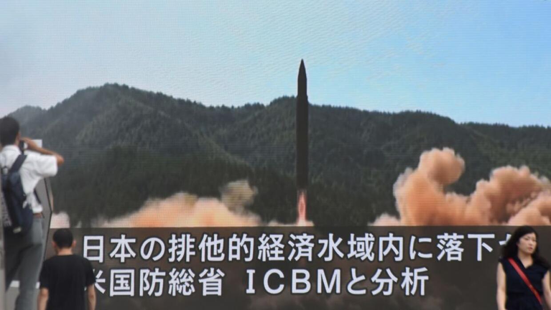 Lanzamiento de un misil norcoreano transmitido por la televisión...
