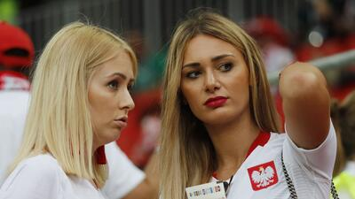 El Polonia-Senegal se engalanó con las fanáticas polacas