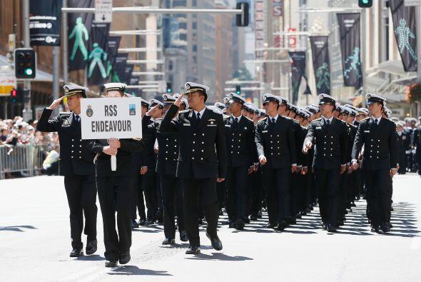 Personal de la Armada de RSS Endeavour saluda al Gobernador General, dur...