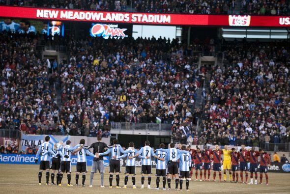En el juego amistoso entre Estados Unidos y Argentina se rindió homenaje...