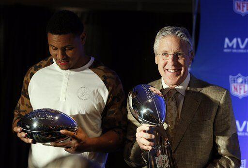 El maestro y el pupilo cargaron sus respectivos trofeos (AP-NFL).