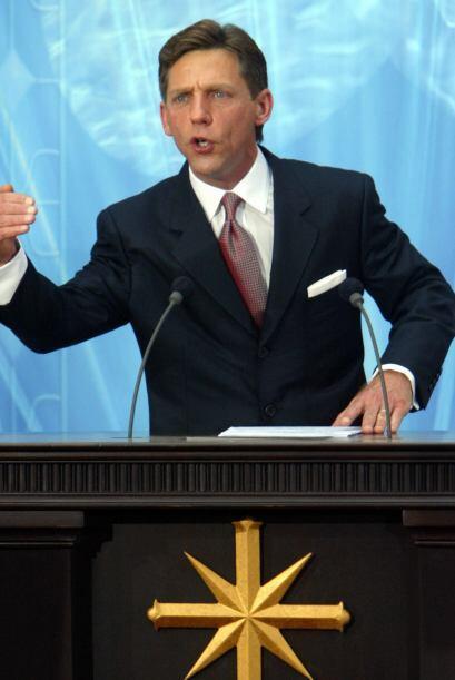 En 2004, el actual líder de la Cienciología, David Miscavige, honró a Cr...