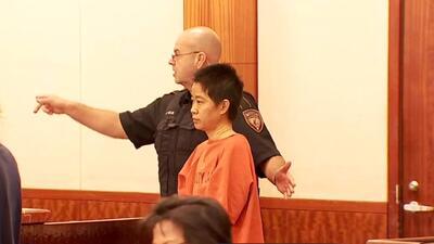 Madre acusada de ahogar y decapitar a su hijo de 5 años comparece por primera vez ante un juez