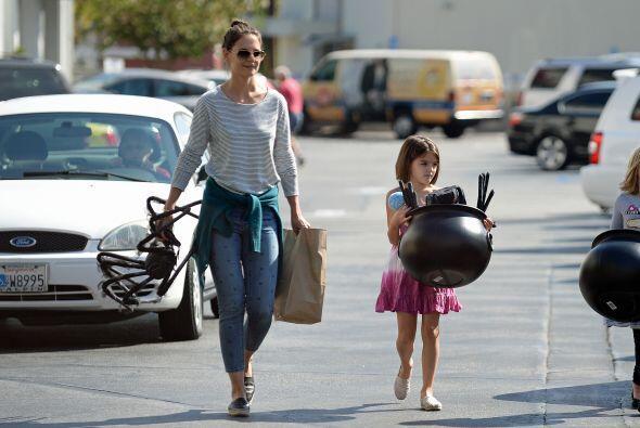 Katie Holmes llevó a Suri de compras para tener todo listo.