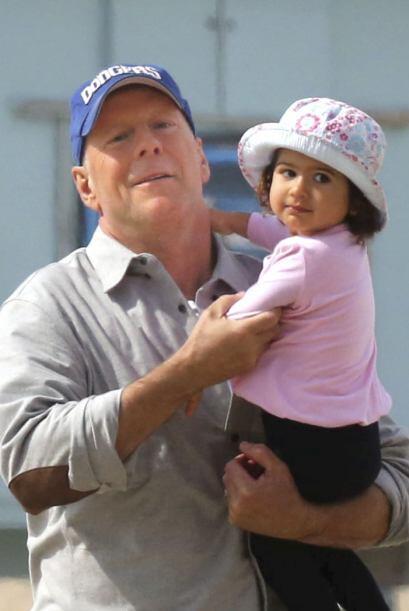 Bruce Willis carga a su encantadora bebé, Mabel. Mira aquí los videos má...