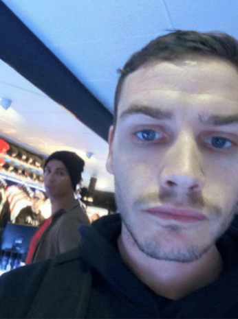 Esta no fue precisamente una selfie a pedido, pero el fanático bromeó en...