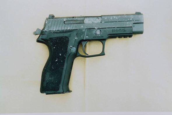 Cuatro armas en total fueron encontradas en posesión del atacante...