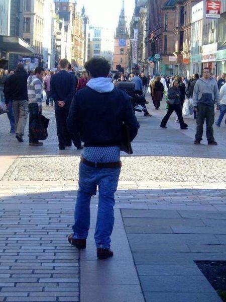 Wow esto si que no hace ningun sentido! ¿ Por qué ponerce un pantalon qu...