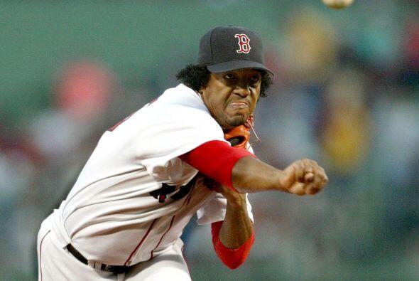 Martínez fue cambiado a los Medias Rojas de Boston en noviembre de 1997...