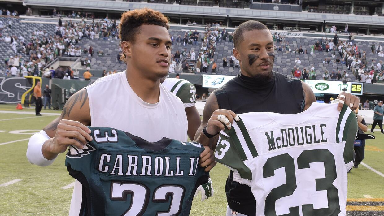 Dexter McDougle intercambiando el jersey de los Eagles.