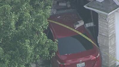 Conductor choca su auto contra una casa tras atropellar a un peatón en el condado de Harris