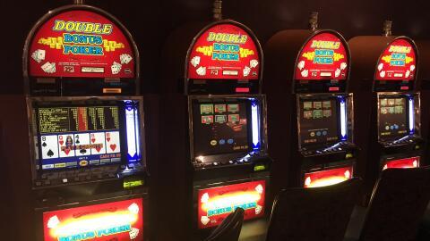 Máquinas de video póker en el casino Mandalay Bay que frec...