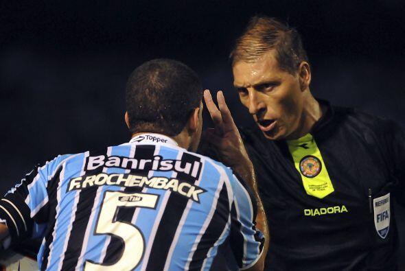 El árbitro argentino Nestor Pitana expulsó a Borges (m.33) y amonestó a...