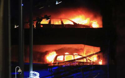 Varios vehículos arden en un estacionamiento de varias plantas en...