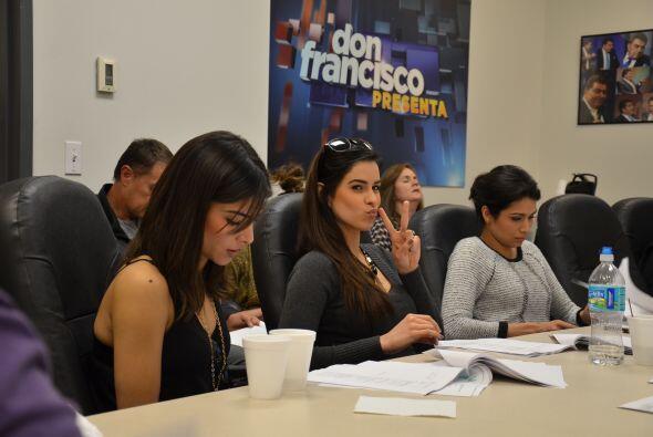 Mientras Alejandra estaba muy concentrada atendiendo su celular, Vanessa...