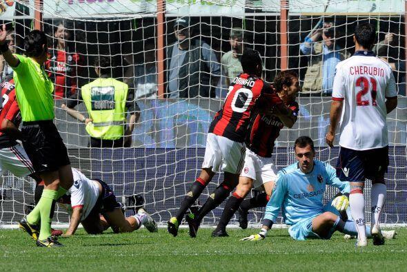 Robinho no tardó el abrazar al anotador.
