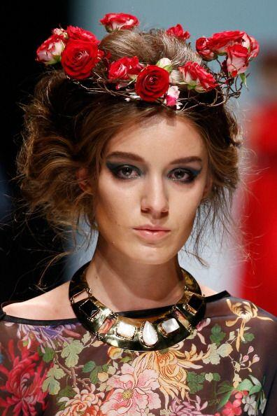 Son variados los estilo que se puedes crear y llevar en estas coronas fl...