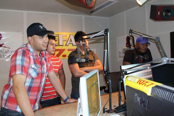 El Gigante de América Bronco visito nuestros estudios de Univision Radio...