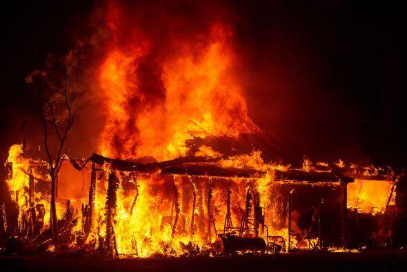 Una casa arde en llamas enSeigler Springs, California. Como consecuenci...
