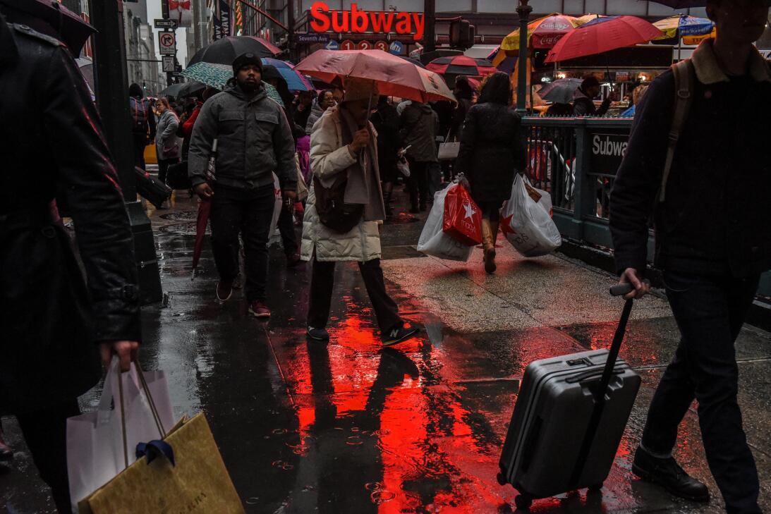Peatones caminan con paraguas por el centro de la ciudad de Nueva York....