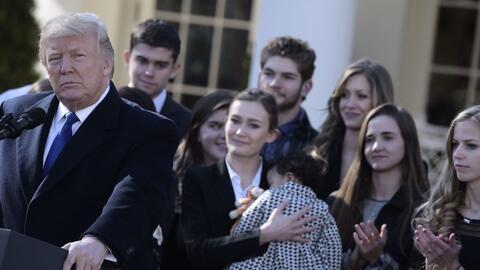 Trump, en compañía de líderes antiaborto en la Casa Blanca, se dirigió v...