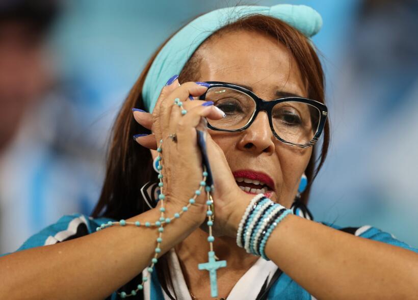 señora rezando en partido de soccer